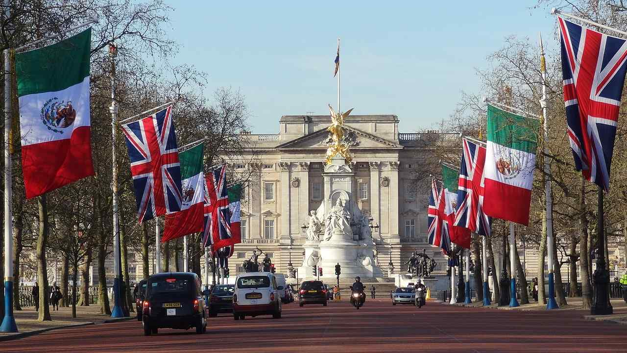 Best Things You Can't-Miss To Do In London - Buckingham Palace