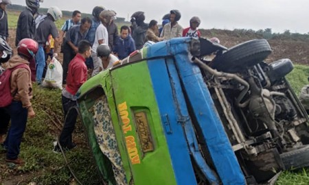 Warga menolong penumpang bus KUPJ Tour yang terbalik.