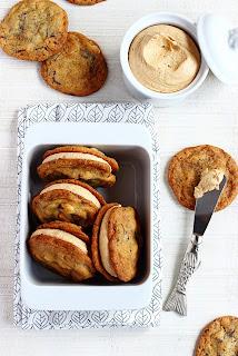 Chocolate chip sandwich cookies met pindakaas