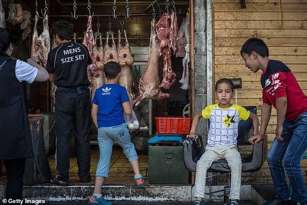 Muslim Uighur Dipaksa Makan Daging Babi Setiap Jumat Saat Ditahan oleh China