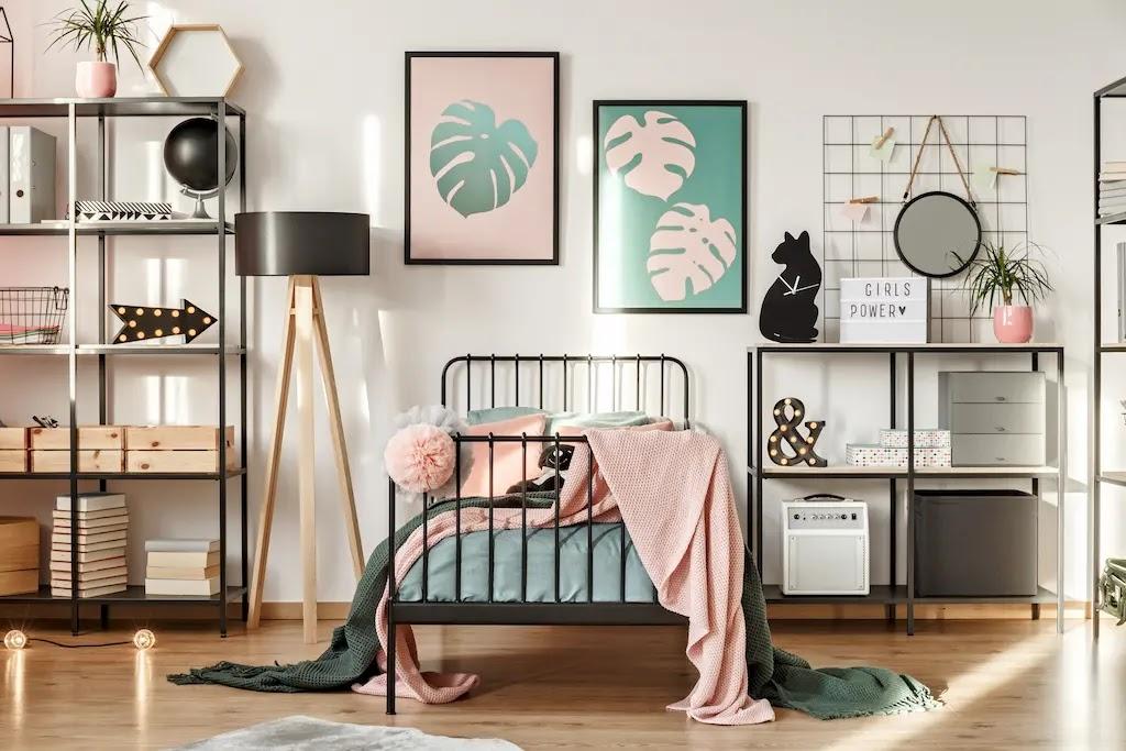 Dormitorio juvenil con paredes blancas y textiles en rosa y verde