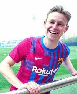 دى يونج بقميص برشلونة الأساسى الجديد لموسم 2021/2022