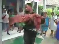 Viral Sosok Laki laki Bopong Jenazah Anaknya Pulang dari Puskesmas Tanpa Ambulans