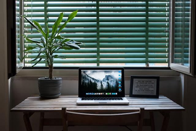 setup meja kerja minimalis di dekat jendela