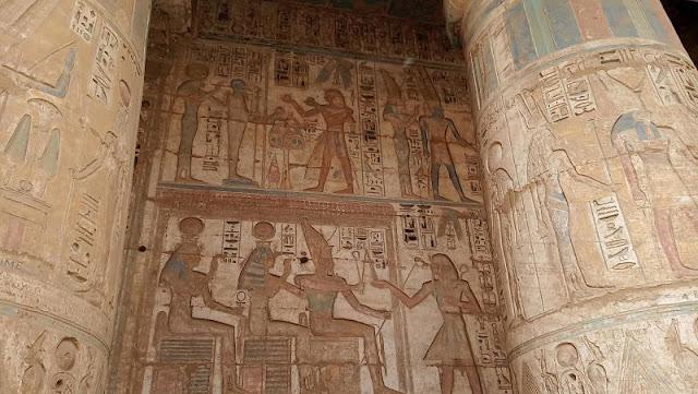 colonne e pareti decorate nel tempio di medinet habu