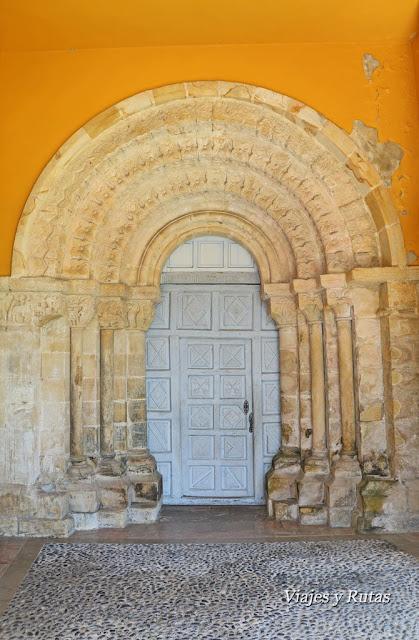 Portada principal de la Iglesia de San Pedro de Villanueva, Cangas de Onís, Asturias