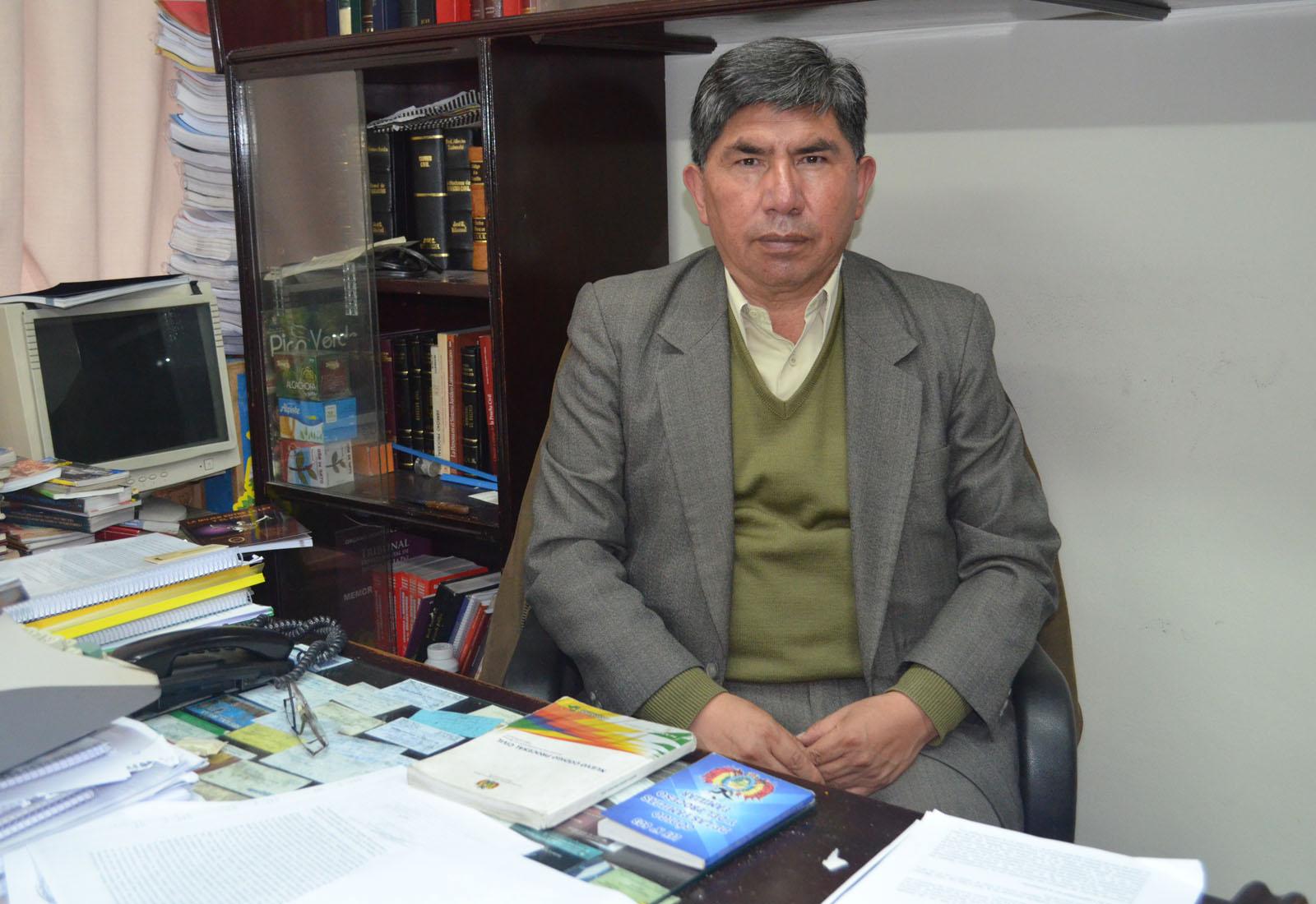 """VIllarroel atiende en la oficina jurídica de la calle Yanacocha, edificio """"Arco Iris"""" Tercer piso. Oficina 303"""