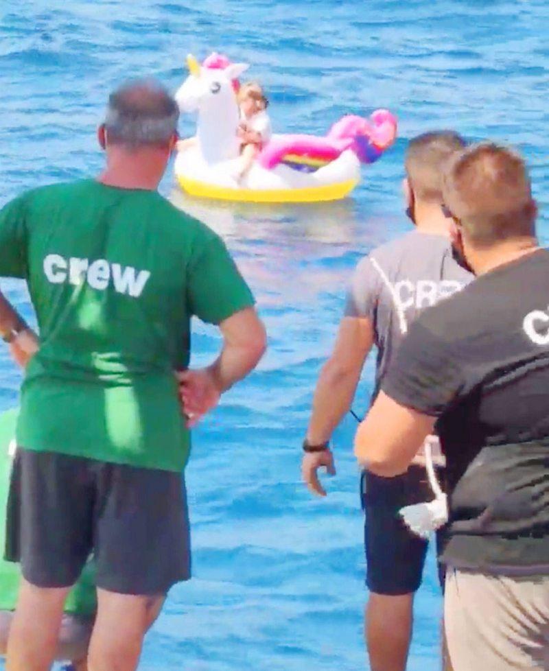 Tripulantes de Ferry rescatan a niña de 4 años que iba a la deriva en flotador de unicornio