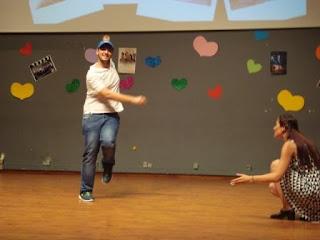 Αγόρι χορεύει ζεϊμπέκικο