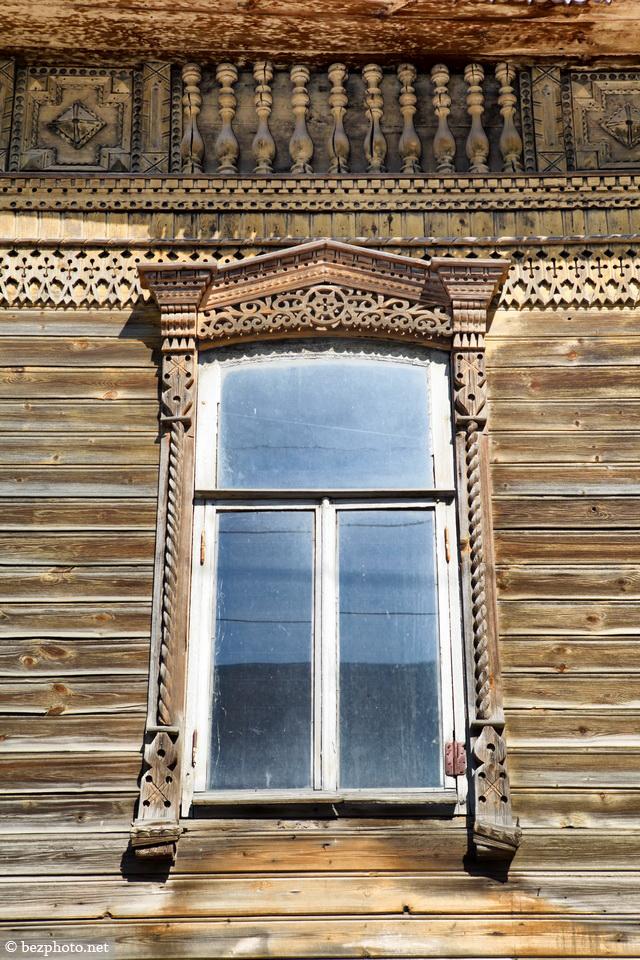 деревянный дом с резными наличниками