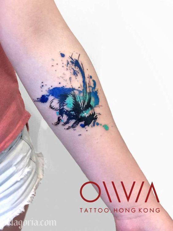 tatuaje de abeja azul estilo acuarela