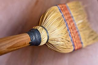 batang padi digunakan sebagai sapu