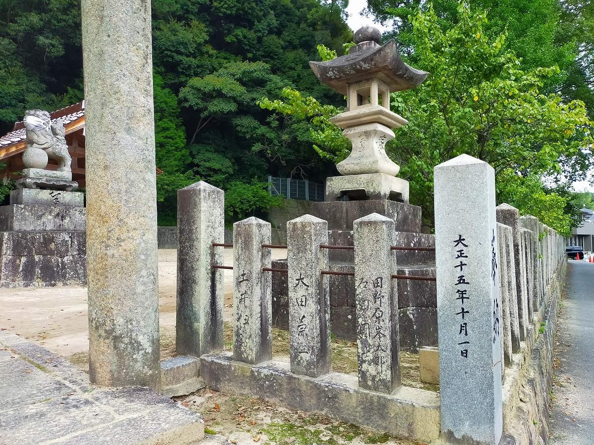 田中山神社の入り口に石灯籠。