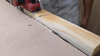 قطعة خشب يتم تنعيمها بواسطة صنفرة دبابة