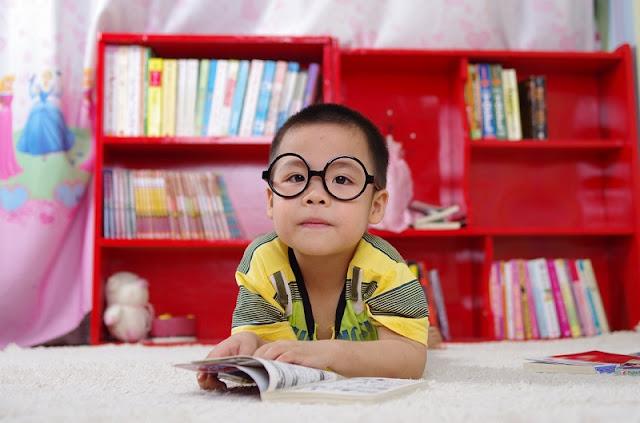 gözlüklü küçük erkek çocuğu