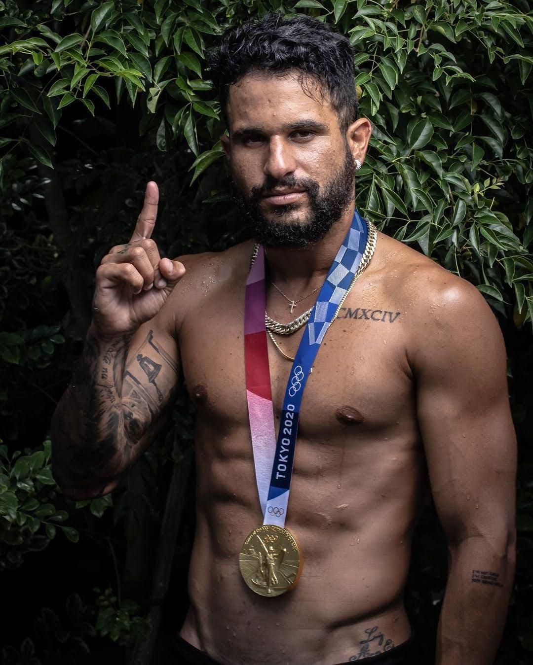 Ouro no surfe, Italo Ferreira posa para ensaio com a medalha olímpica