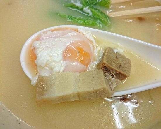 白みそ汁(ライス付)の玉子と三枚肉の写真
