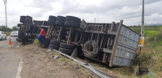 Caminhão transportando madeira tomba na BR-222, em Caucaia, na Grande Fortaleza