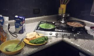 Wraps di spinaci ripieni di carne picada con salsa di avocado al profumo di menta.
