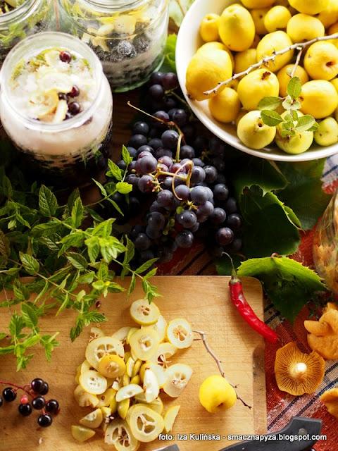 nalewka podlsianka, przetwory, pigwowiec, czeremcha, winogrona, spizarnia, wodka owocowa, spirytus