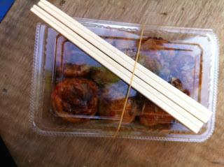 i takoyaki nella vaschetta