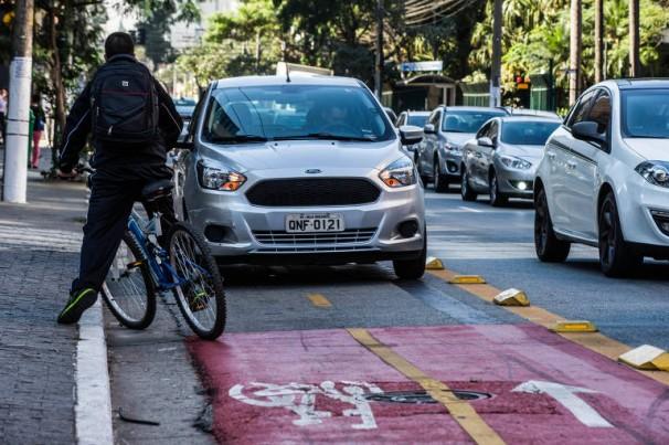 Carro parado sobre ciclofaixa atrapalhando ciclista