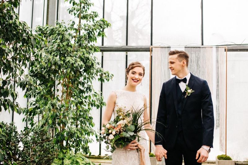 Sesja ślubna wśród zieleni w oranżerii