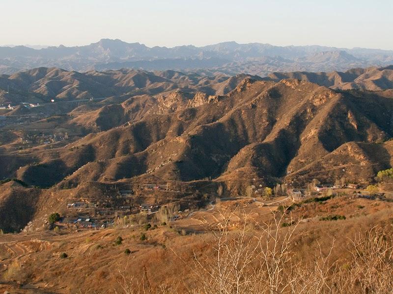 Sur la Grande Muraille à Simatai (le village de Dongpo tout en bas)