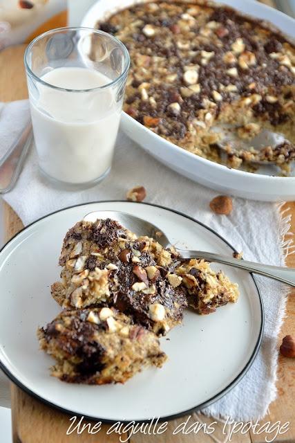 Baked oatmeal à la banane, au chocolat et aux noisettes