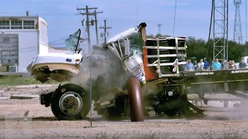 Caminhão bate barreira aço destruído