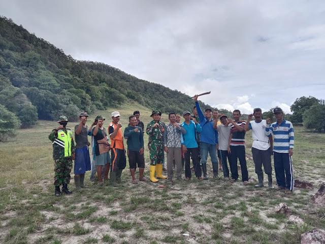 Babinsa Se Kecamatan Bunguran Selatan Gotong Royong Bersama Warga di objek Wisata Teluk Panglima