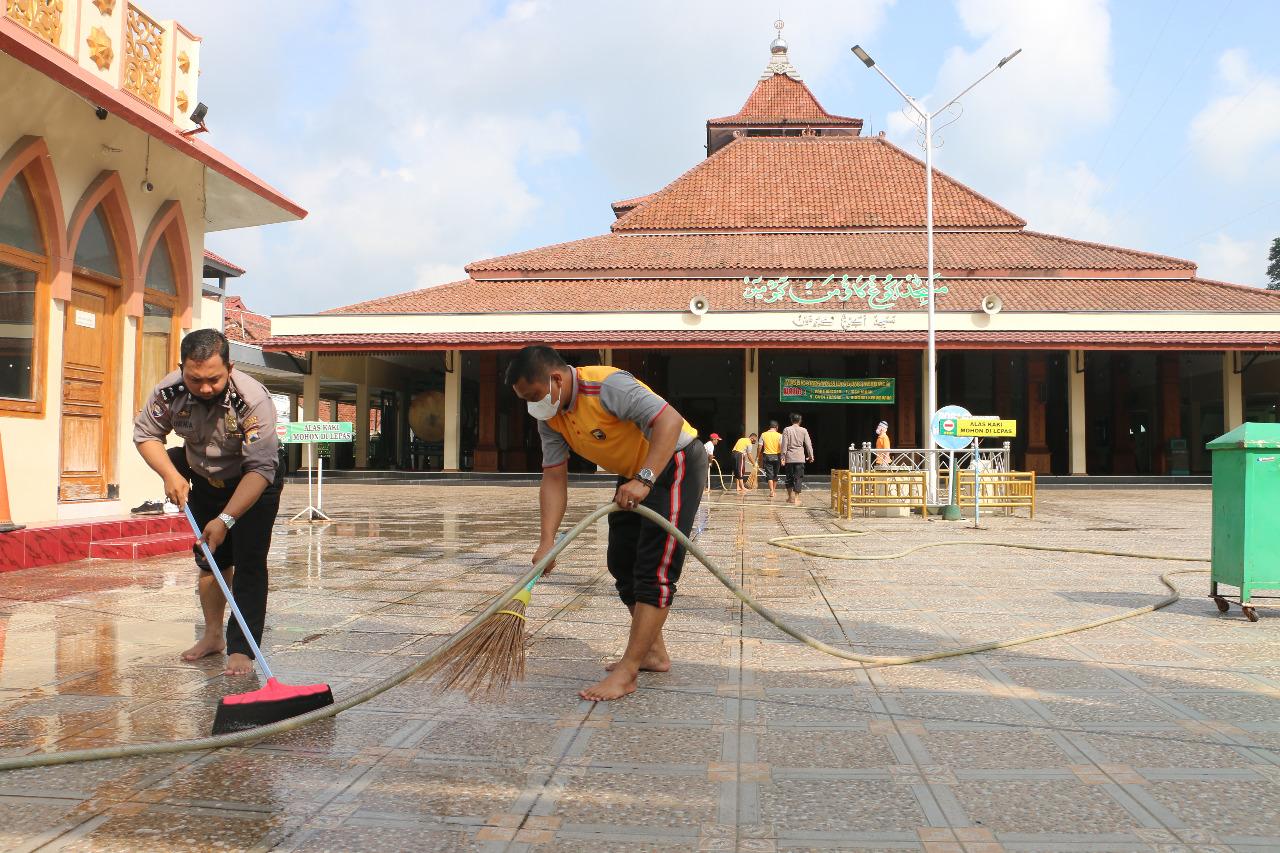 Polres Kebumen Meriahkan HUT Bhayangkara dengan Bersih-bersih Masjid