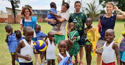 Víctor con los niños y niñas del orfanato de Kenia.