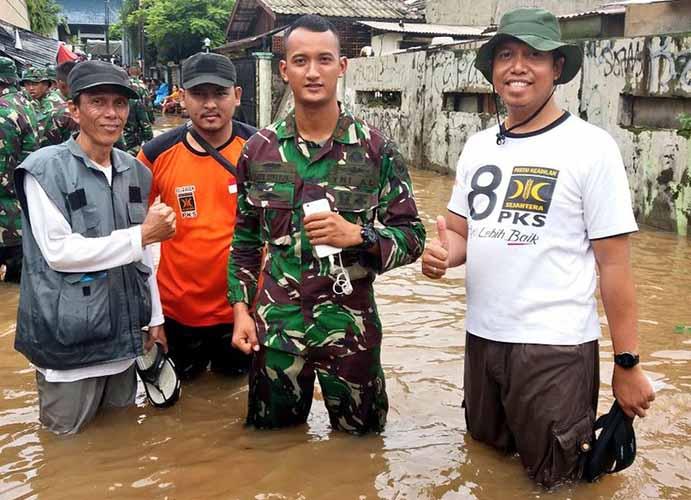 Relawan PKS Cilandak bersama TNI