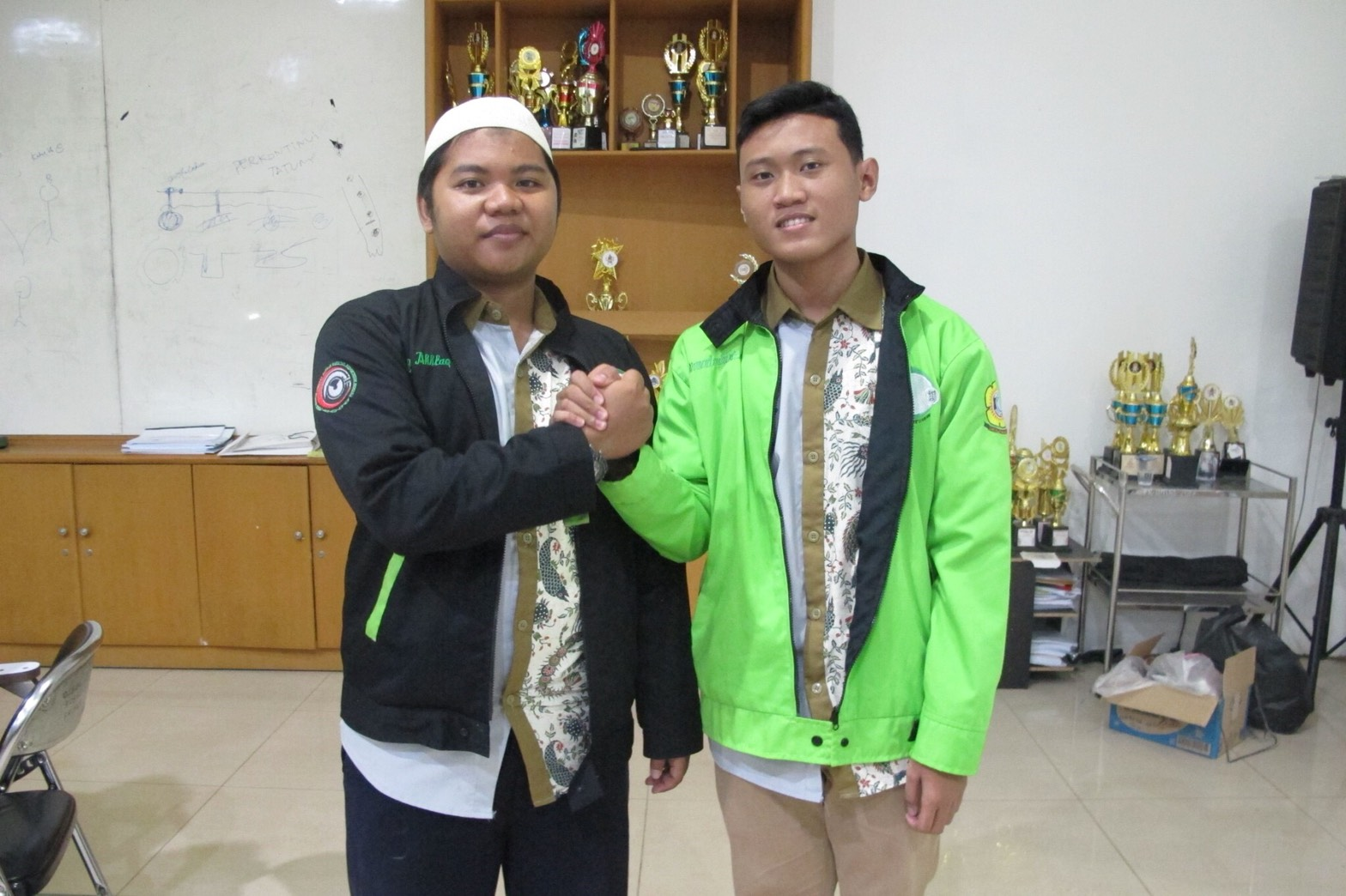 2018 Medifka Ghita Top Putih Iqbal Fadillah Selaku Ketua Umum Bppm As Syifa Periode 2017 Kiri Dengan Asy Yang Baru Terpilih 2019 Ahmad Kasyfi