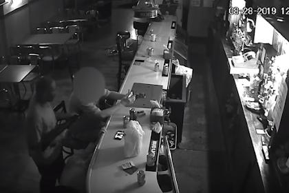 Video Pria Merokok Dengan Santai Ditengah Perampokan Bersenjata