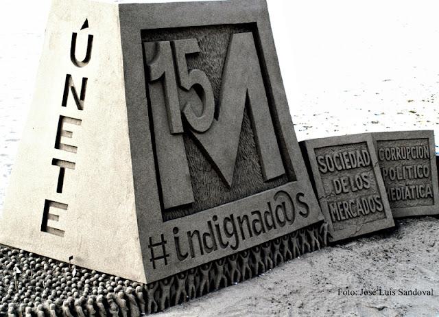 La foto del 15-M hace 10 años. Obra alegórica al Movimiento del 15-M realizada con arena en la playa de Las Canteras, Las Palmas de Gran Canaria / Foto: José Luis Sandoval