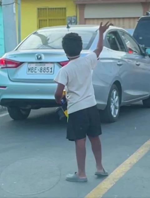 Niño le regaló un juguete a un pequeño limpiaparabrisas, los niños dan grandes lecciones; no estoy llorando