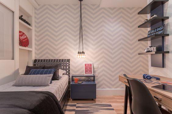quarto de solteiro com papel de parede chevron masculino