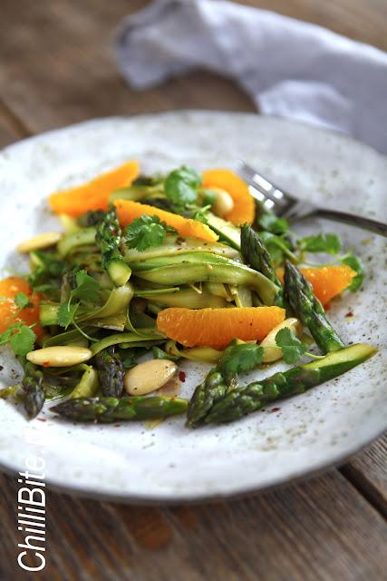 ciepła sałatka z makaronu szparagowego