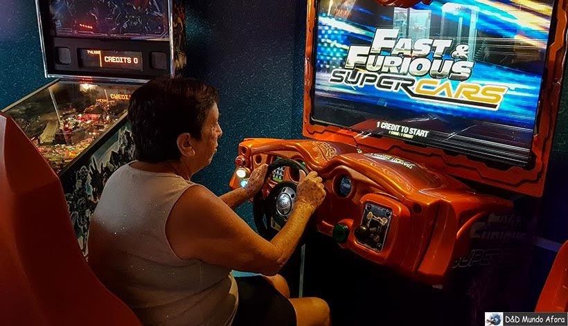 Mamis tentando dirigir no salão de jogos - Cruzeiros marítimos: tudo sobre viagem de navio