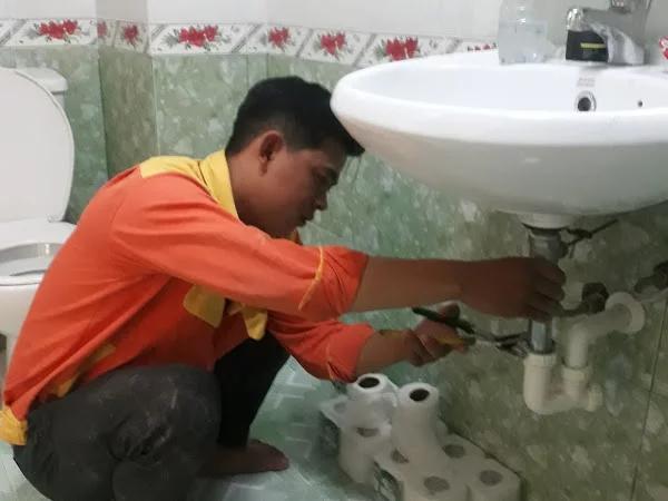 Thợ sửa nước Hưng Thịnh khắc phục sự cố rò rỉ nước cho khách hàng