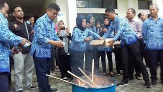 Sekda Kota Cirebon Pimpin Pemusnahan Ribuan keping  KTP-el Invalid dan Rusak