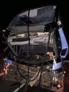 Seabra/BA: Motorista fica preso às ferragens em acidente entre ônibus e caminhão na BR-242