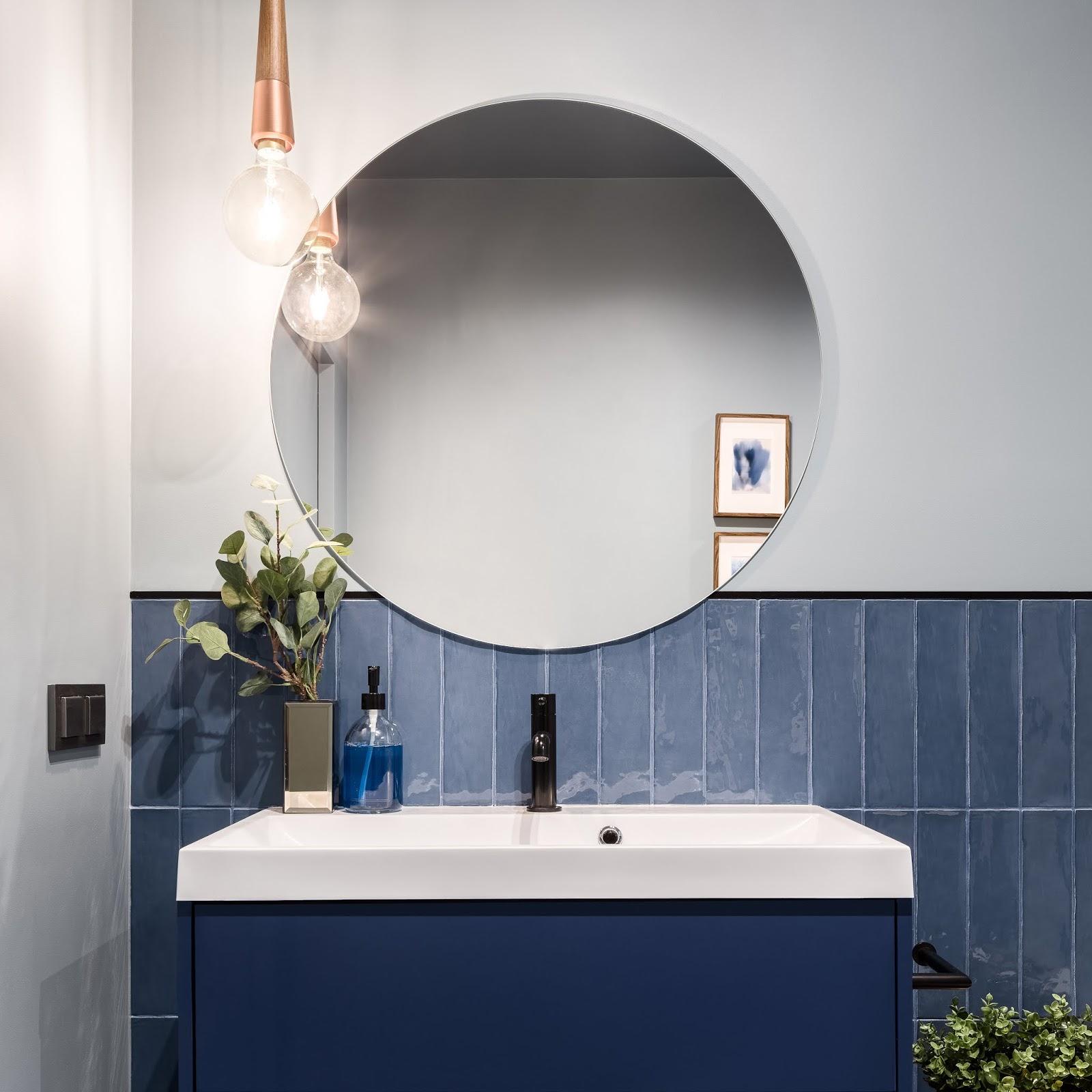 Baño con mobiliario y alicatado en color Classic Blue (color del año 2020)