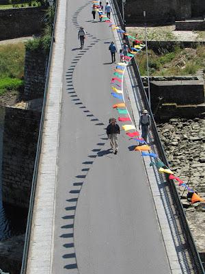 peregrinos de Santiago atravessando a ponte em Barcelos