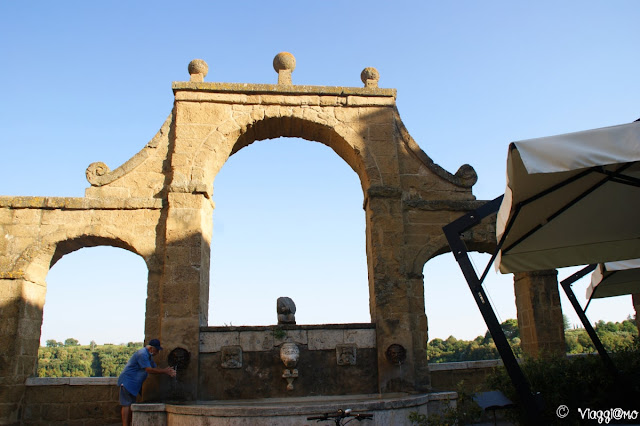 La bella fontana del '500 delle Sette Cannelle a Pitigliano