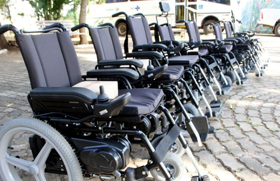 A imagem mostra algumas cadeiras de rodas motorizadas