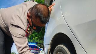 Kasat PJR Polda Sulsel Terjung Langsung Menggantikan Ban Mobil PengendaraKompas Terkini