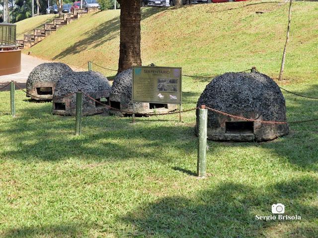Close-up dos abrigos antigos do Serpentário do Instituto Butantan